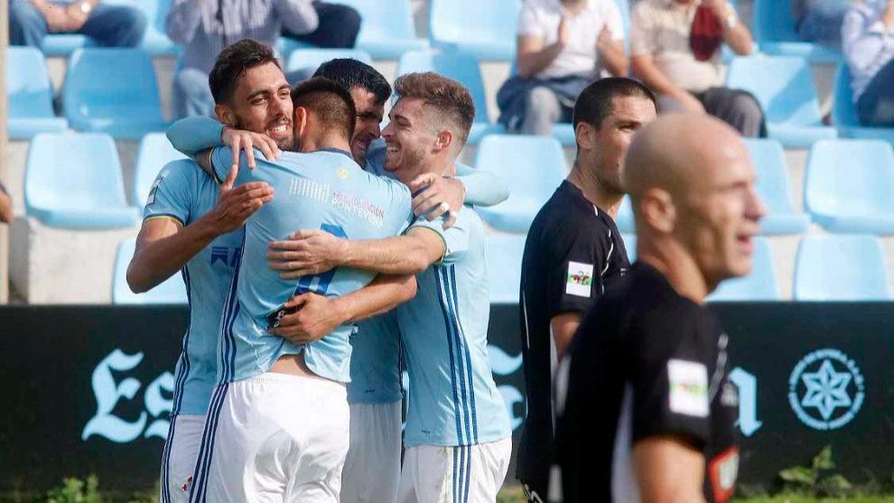 Los jugadores del Celta B celebran el tanto de Borja Iglesias.