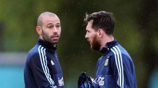 Mascherano y Messi en una concentración de Argentina.