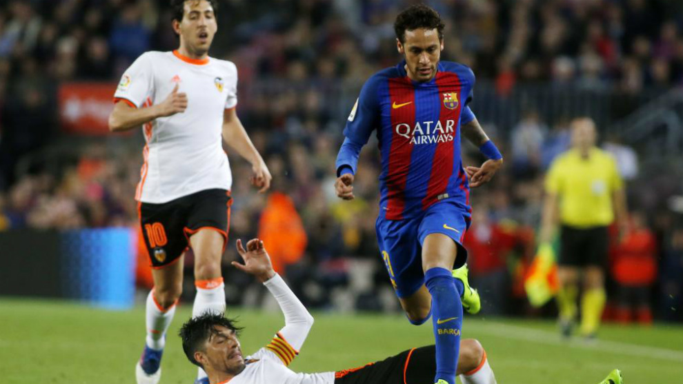 Neymar deja atrás a Enzo Pérez y Parejo en el Barça-Valencia.