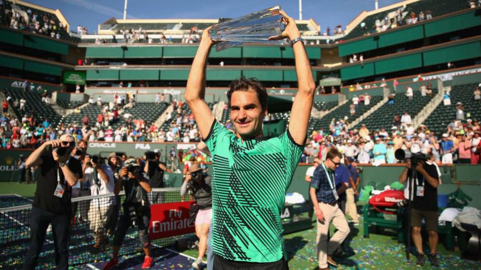 Roger Federer exhibe el trofeo que le acredita como campeón de Indian...