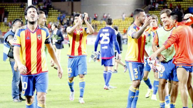 Los jugadores del Valencia celebran su pase la fase de grupos de la...