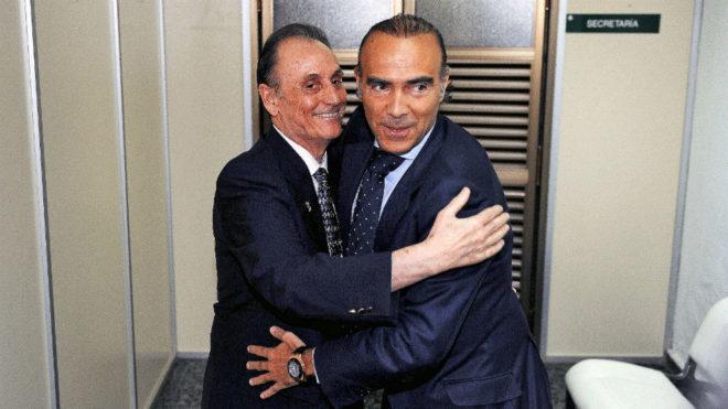 Lopera y Oliver, abrazándose tras firmar la compraventa del Betis