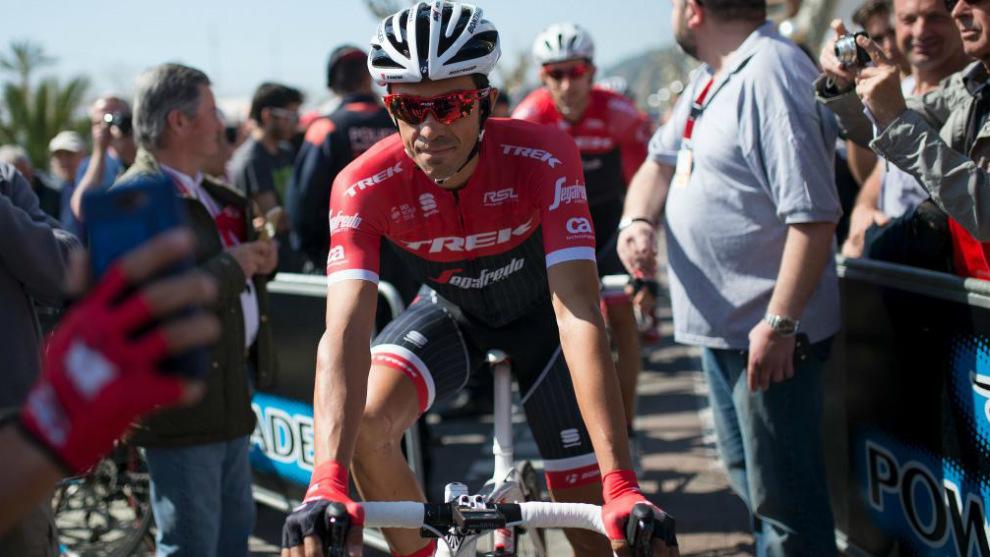 Alberto Contador, antes de la salida de la etapa inicial de la Volta a...