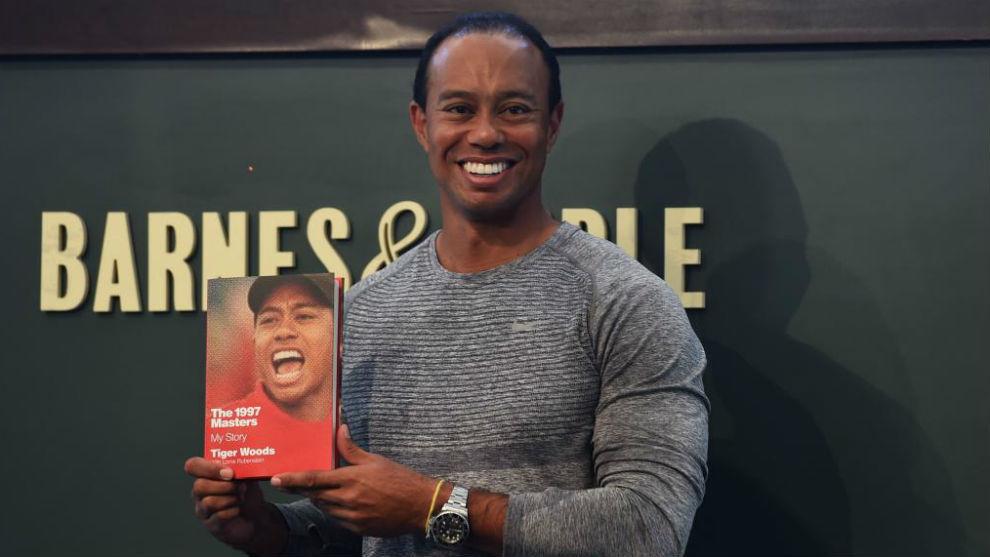 Tiger Woods posa con su nuevo libro.