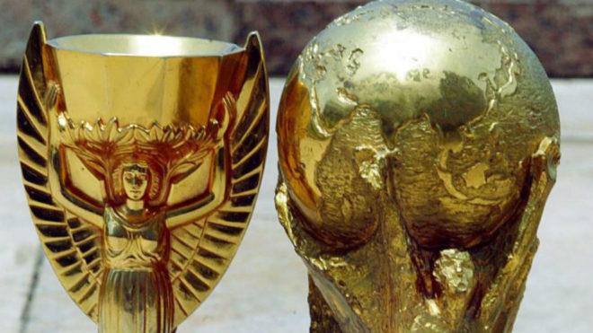 La réplica de la Copa Jules Rimet y la actual Copa del Mundo.