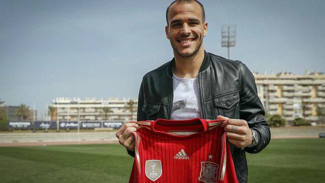 Sandro posa con la camiseta de la selección tras conocer su...