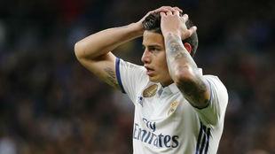 James se lamenta durante un partido esta temporada