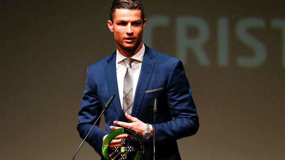 Cristiano recibiendo el premio al jugador del año