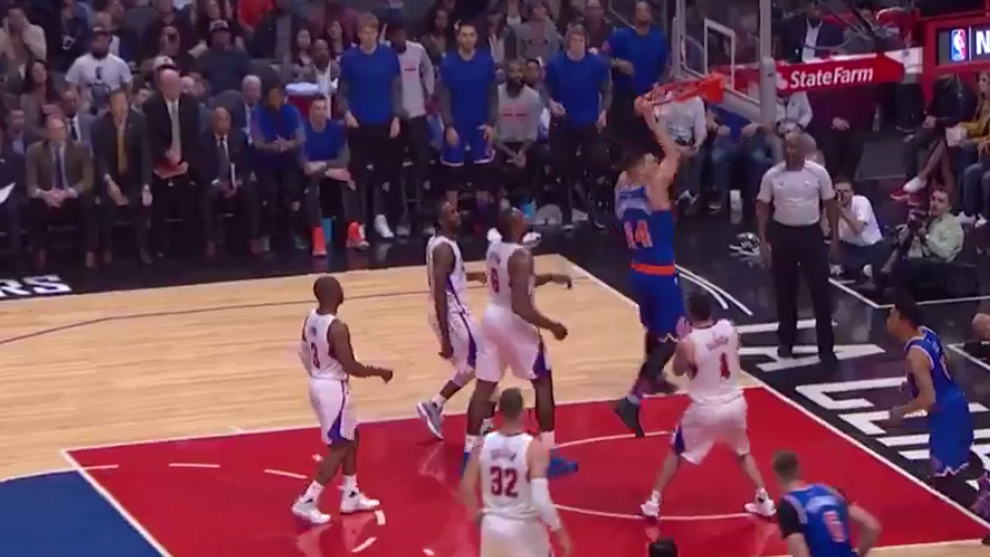 Willy Hernangómez (Knicks) machacando el aro de los Clippers