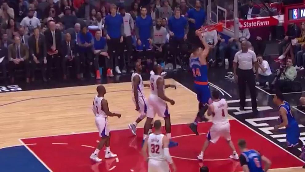 Willy Hernangómez (Knicks) machacando el aro de los Clippers