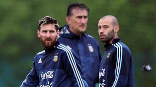 Messi y Mascherano durante un entrenamiento de la albiceleste bajo la...