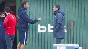 Ziganda y Valverde charlan durante un entrenamiento en Lezama.