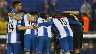 La plantilla del Espanyol hace una piña antes de un encuentro.