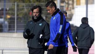 Quique Sánchez Flores charla con Óscar Duarte.