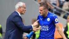 Ranieri y Vardy conversan en banda durante un partido