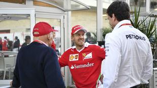 Vettel, en una charla con Lauda y Wolff