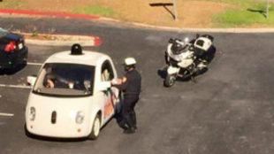 El coche de Google interceptado por el agente de policía