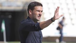 Luis Carrión, responsable del debut de Sebas, dando indicaciones...