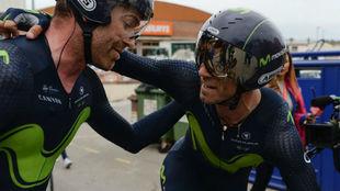 Rojas y Valverde se felicitan tras la crono por equipos.