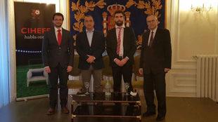 Juan Ignacio Gallardo, director de MARCA, posa con el presidente de...