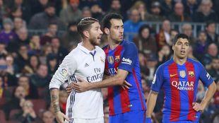 Ramos y Busquets, en el último Clásico, con Suárez al fondo