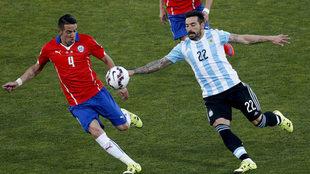 Mauricio Isla y Lavezzi, durante la final de la Copa América 2015.