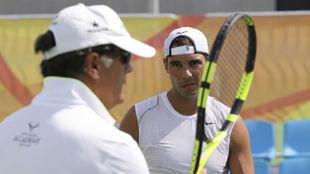 Rafa Nadal, junto a su t�o y entrenador Toni, durante un...