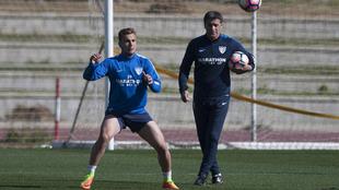 Míchel observa a Ontiveros durante un entrenamiento en el Ciudad de...
