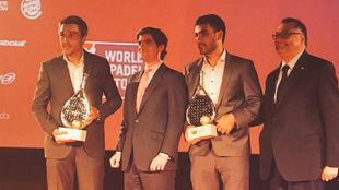 Bela y Lima reciben sus premios de manos del director general de...