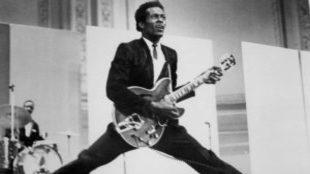 Chuck Berry tocando la guitarra.