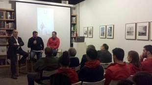 Mario Ornat, entre Antonio Resines y José Antonio Barrio, presentando...