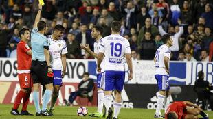 Marcelo Silva protesta la segunda amarilla que le muestra  el árbitro...