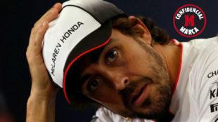 Alonso gesticula durante la rueda de prensa del GP de España de 2016.