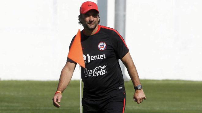 Pizzi, en un entrenamiento con Chile.