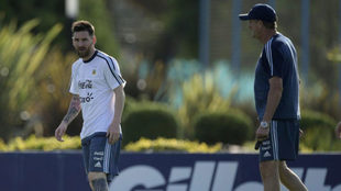 Messi y Bauza durante el entrenamiento de Argentina.