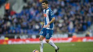 Aarón conduce el balón durante un encuentro de esta temporada.