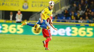 Dani Castellano arrebata un balón de cabeza a Correa, jugador del...
