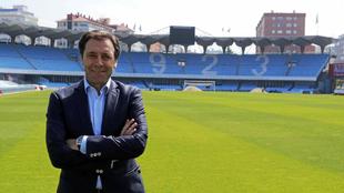 Felipe Miñambres posa en Balaídos con los brazos cruzados.