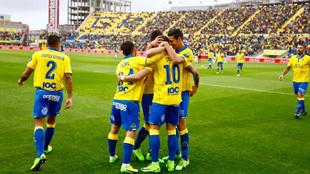 Los jugadores de Las Palmas celebran un tanto anotado en el estadio de...