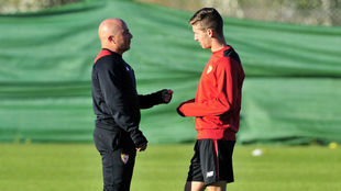 Sampaoli habla con Vietto en un entrenamiento.