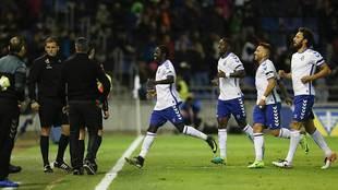 Amath celebra un gol en el Heliodoro seguido por Camille, Aarón...