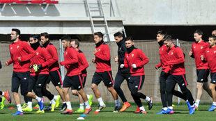 Los jugadores del Sevilla, en el entrenamiento de este jueves.