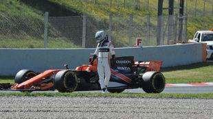 Alonso mira su McLaren despu�s de quedarse parado en los test de...