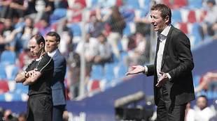 Ramis gesticula en la banda durante su debut como entrenador del...