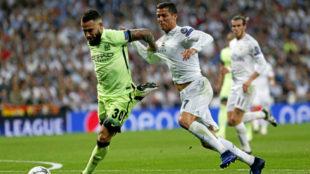 Otamendi pelea por una pelota con Ronaldo en las semifinales de la...