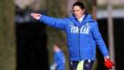 Patrizia Panico dirigiendo un entrenamiento con la selección femenina...
