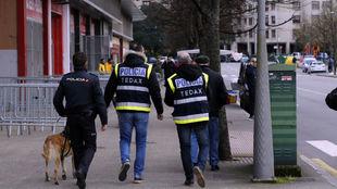 Policías inspeccionan los alrededores de El Molinón.