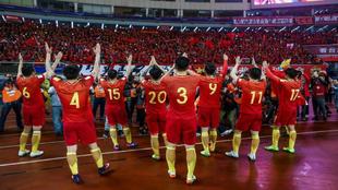 Los jugadores de China festejan con su afición la victoria ante Corea...