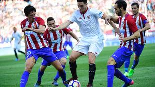 Nasri rodeado de rivales rojiblancos tratando de robarle el balón