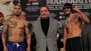 El veterano promotor Bob Arum, con Margarito a su  izquierda y Cotto a...